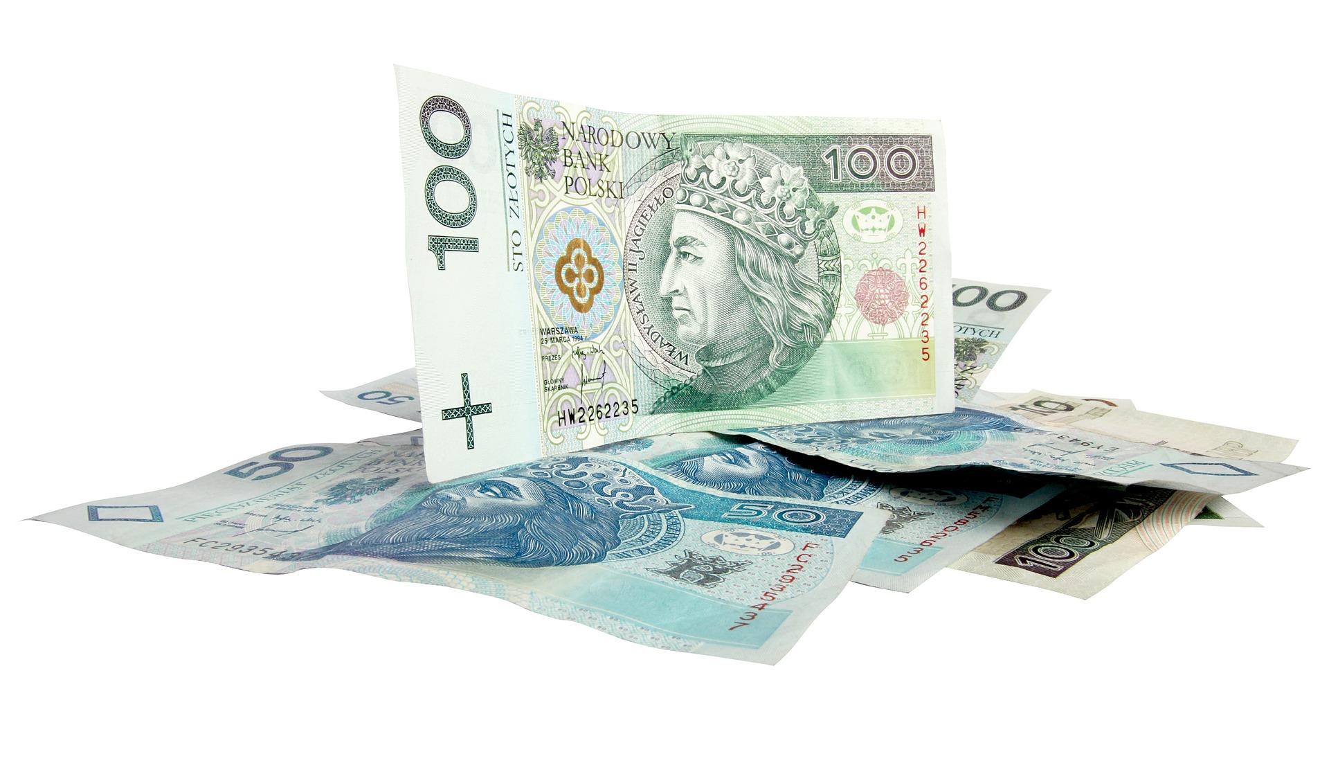 bankovky na bilem pozadi