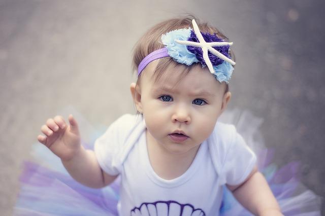malé dítě, holčička, fialová čelenka