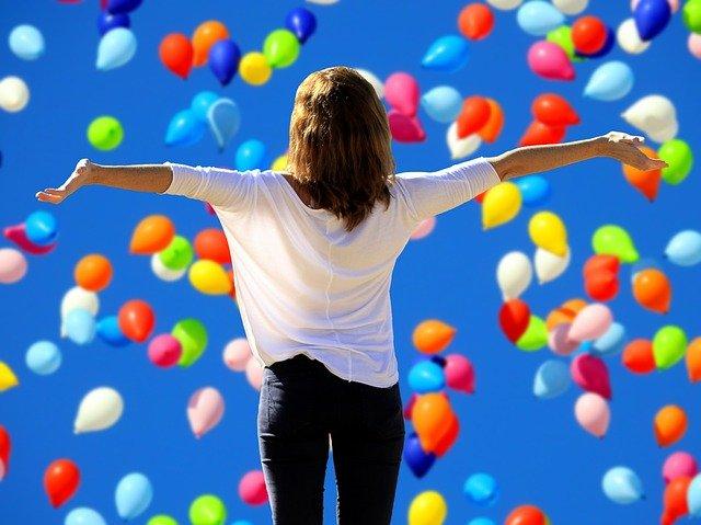 Žena a balónky.jpg
