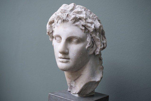 hlava antické sochy