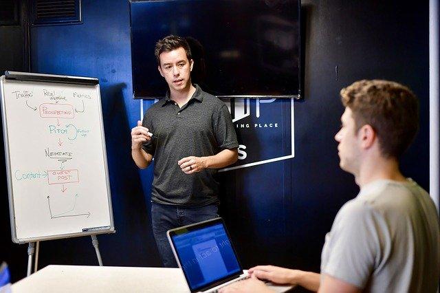 muž, který prezentuje nápady svému kolegovi v místnosti
