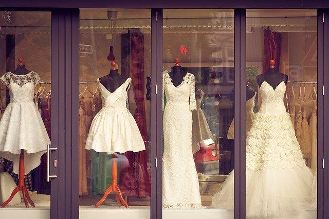 různé druhy svatebních šatů